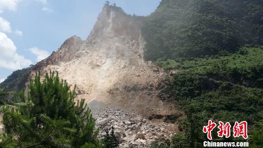 图为广西平乐县山体坍塌现场。 陶彩忠 摄