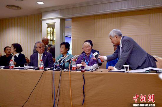 资料图:6月1日,三位在二战期间被强掳到日本的中国劳工代表与三菱综合材料公司签署和解协议,接受三菱材料的谢罪并达成和解。 中新网记者 金硕 摄