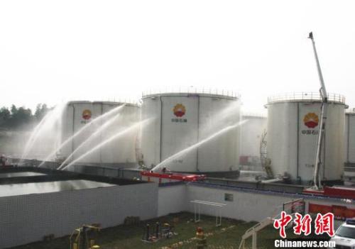 """资料图:湖南常德举行""""油库失火""""应急演练吴林芳 摄"""