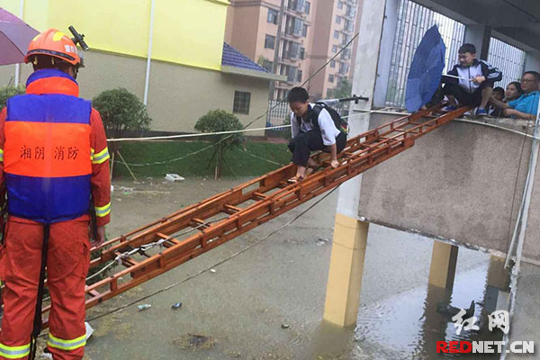 岳阳暴雨致一中学宿舍被淹 150余名师生被困
