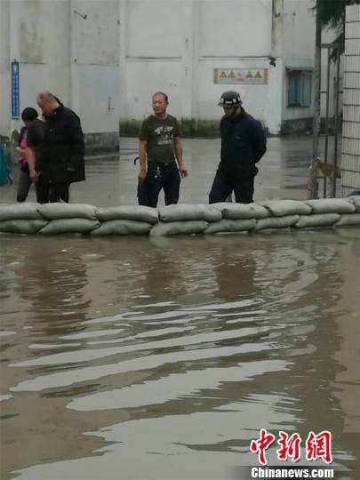 石堰粮仓外围筑起了一个高60公分的隔水堤。 唐娟 摄