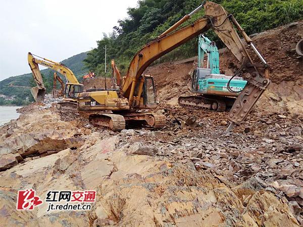 G207安化仙溪段被洪水冲断 常安高速紧急抢险保畅通