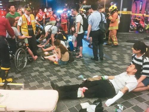 台铁1258次区间车爆破多人受伤,现场惊叫连连,游客发慌奔逃期待营救。记者王腾毅 摄