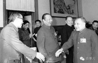 邓小平在人民大会堂会见王任重、习仲勋(左二)