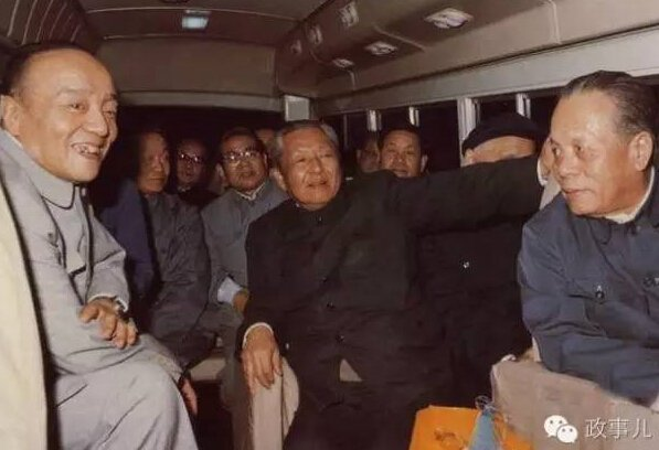 杨尚昆、习仲勋与广东省领导乘面包车下乡。