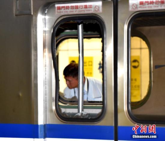 台湾台铁1258次区间车7月7日晚10时行驶到台北市松山车站时发生爆炸起火,24名乘客遭受轻重伤。图为被炸毁的车窗。中新社记者 徐冬冬 摄