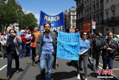 资料图:英国民众抗议脱欧