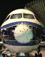 """飞行途中遭冰雹袭击 南航航班被砸成""""麻子脸"""""""