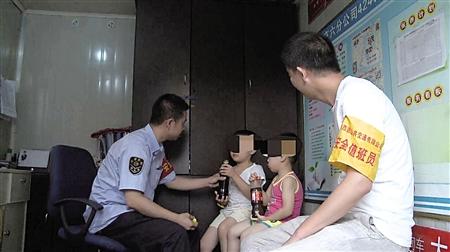 单独外出搭乘公交车的两兄弟记者 郑友 摄