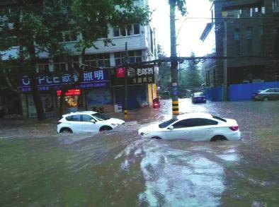 铜川突降大暴雨 街道变汪洋