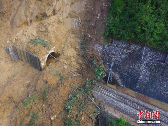 图为被塌方掩埋的铁路。 杨华峰 摄
