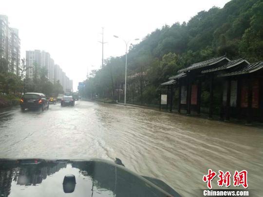 张家界遭受暴雨打击,途径被水淹。 杨华峰 摄