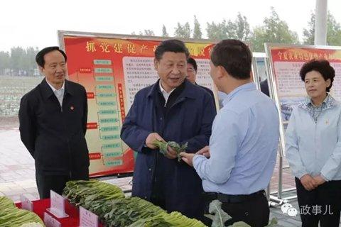 从新华社发布的多张图片可见,以上行程中,宁夏自治区代主席咸辉,一直陪同习近平视察。