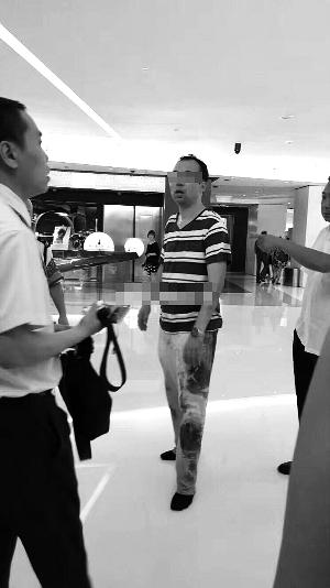 网友发布的照片显示,偷拍男子三十多岁,因被一通拳打脚踢,裤子上还有多个脚印(网友供图)。