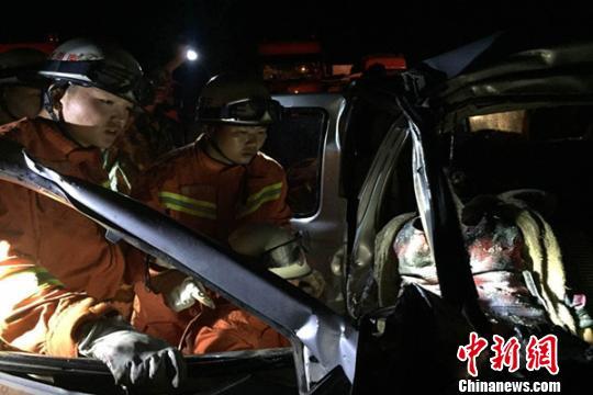 图为6车连环追尾事故救援现场 安学会 摄