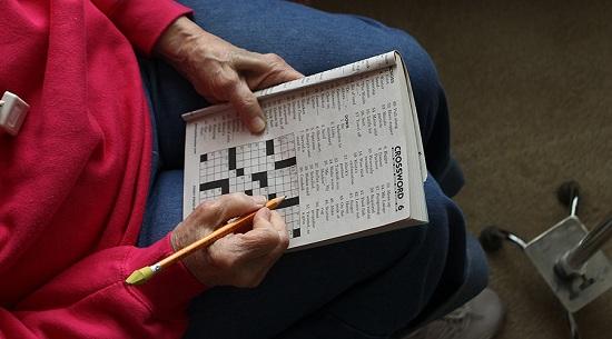 """老奶奶把艺术品当""""填字游戏"""" 在其上写字闯祸"""