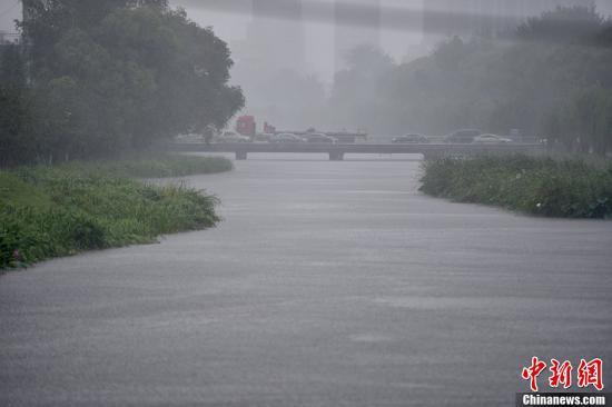 北京市气象台发布暴雨预警,预计本市大部分地区有暴雨、局地大暴雨。中新网记者 金硕 摄