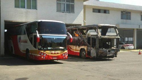 同款游览车被放在火烧车旁,方便鉴识人员比对。台湾《联合报》记者郑国梁/摄影