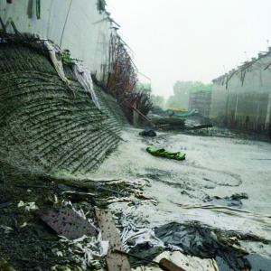 桥面塌陷后,一侧卡在墙上翘起,裸露出钢筋。潘先生/供图