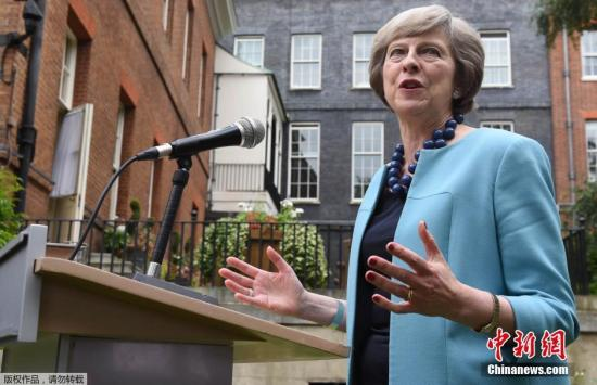"""当地时间2016年7月14日,英国伦敦,英国首相特蕾莎・梅在府邸花园中举办警察勇敢奖招待会。当日,""""时尚女教主""""梅姨选择了蓝色系套装,配上曾出镜过的蓝色项链。"""