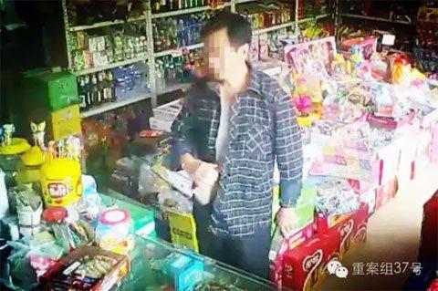 视频监控拍下一男子在超市中调换商品的过程