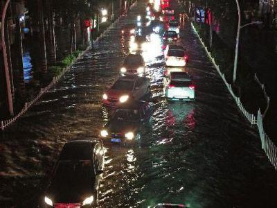 暴雨倾盆 行车如泛舟