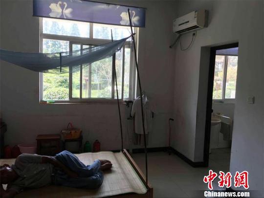 老人们居住的房间,都拥有独立空调。 唐娟 摄