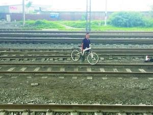 事故发生后,仍有人横穿铁路线。