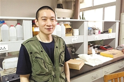 河北科技大学副教授韩春雨在实验室。河北科技大学官网截图