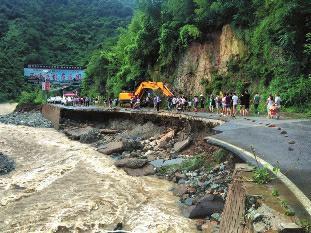 金丝峡景区1251名游客被困 多辆车被洪水冲走