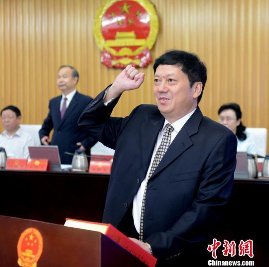 福州市副市长、代市长尤猛军向宪法宣誓就职。 记者刘可耕 摄