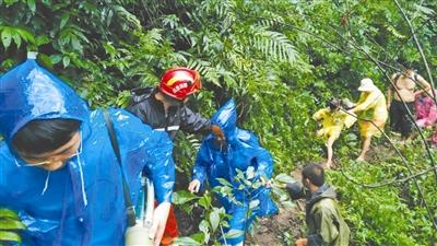 青城后山暴雨 数十游客被困 消防队解救后已安全下山