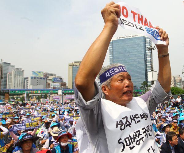 """资料图:韩国民众举行集会反对部署""""萨德""""系统 。新华社记者 姚琪琳 摄"""