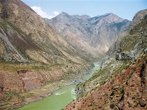 位于黄河上游的官亭盆地中溃决洪水扇所形成的台地。新华社发