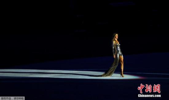 当地时间8月5日晚8时,2016里约奥运会开幕式在里约热内卢马拉卡纳体育场举行。 图为超模吉赛尔邦辰开幕式走秀。