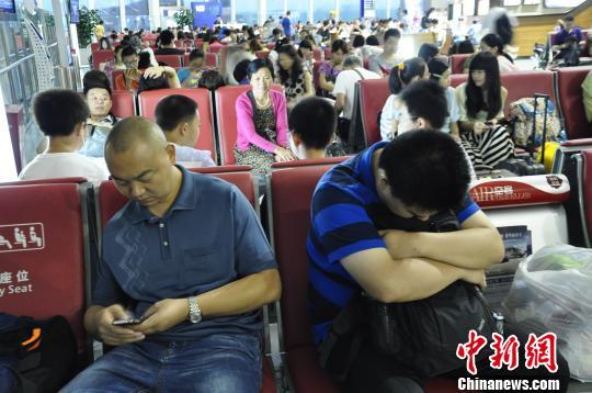 旅客滞留机场。 吕俊明 摄