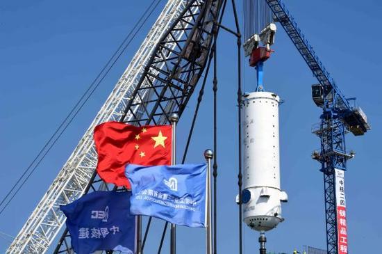 华能山东石岛湾核电厂,反应堆压力容器在吊装中