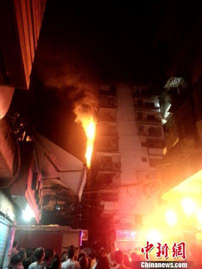 7日晚,福建省福州市鼓东路创业新村一居民楼4楼单元房突发大火,一度蔓延至8楼。 陈丹妮 摄