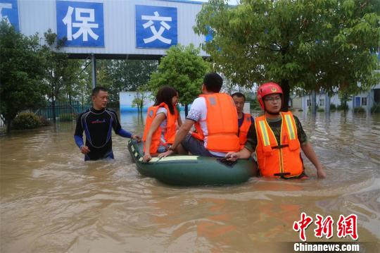 消防官兵转移被困人员 胡传宾 摄