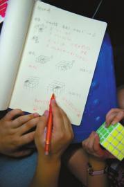 修修上课很认真,每一个步骤都会写下来传授给学生。
