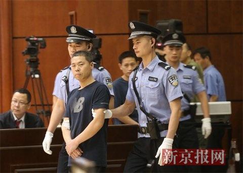原告人姜军和原告人张兆东被带进法庭。 新京报记者 王贵彬 摄