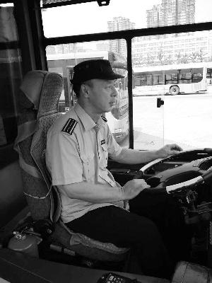 侯师傅已经开了8年没空调的公交车。