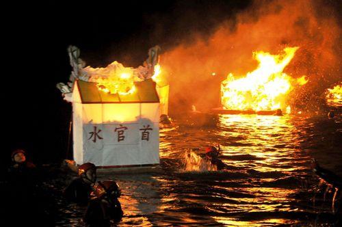 基隆放水灯头在望海巷举行,暗夜海上灯火点点。台湾《联合报》记者游明煌/摄影