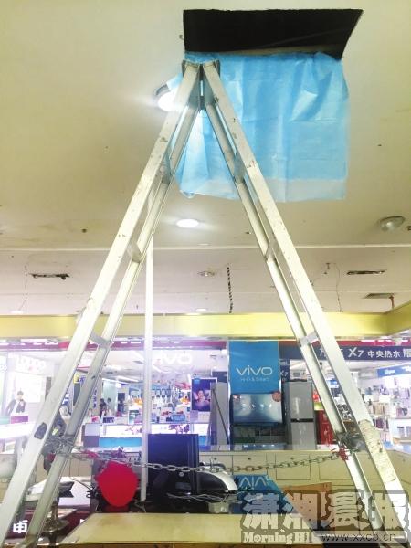 8月17日,�W堂路一�B�D,被�I的金器��_正上方天 花板上被小偷��_的�L方形缺口。�D/�者�正