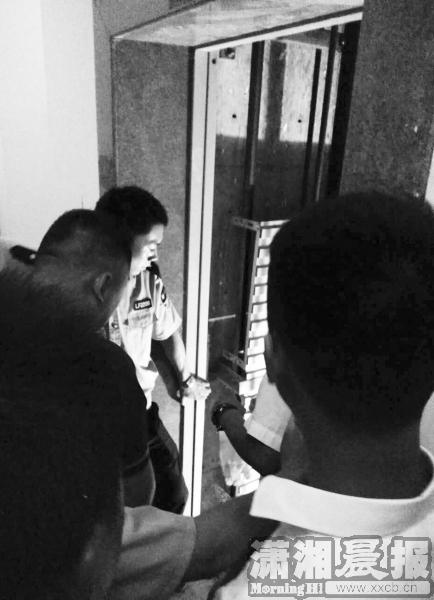 8月17日,浏阳大瑶阳光至尊小区事发电梯附近,警方正在进行调查。受访者供图