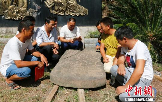 江西省南丰县近日发现曾巩祖父曾致尧及其母亲周氏夫人墓碑。 林依彤 摄