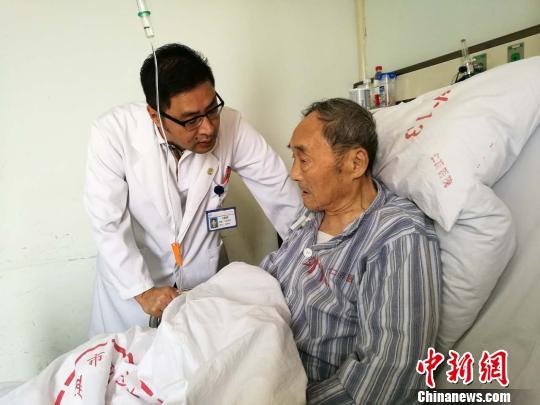 即将出院,仁济医院胆胰外科主任医师孙勇伟到病床前,询问老人身