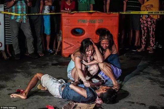 """一名""""毒贩""""死在街头,家人悲痛不已。"""
