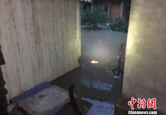 8月22日下午16时许,甘肃甘南州合作市、夏河县、碌曲县接连发生较大规模降雨,造成多处山体滑坡、道路阻塞、房屋倒塌,多名群众被困。 杨斌 摄