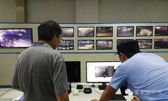 7月26日晚11点,工体监控室内,民警查看监控。